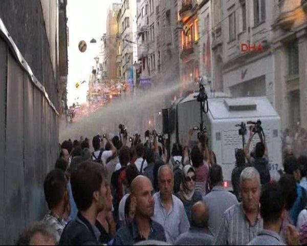 Gezi Parkı kapatıldı Taksim karıştı