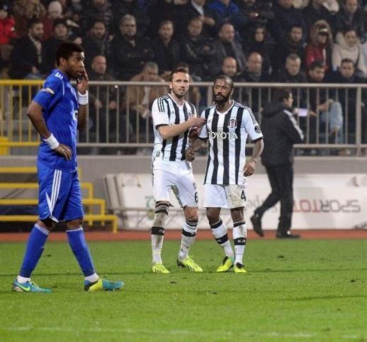 Kasımpaşa - Beşiktaş maçında saha karıştı