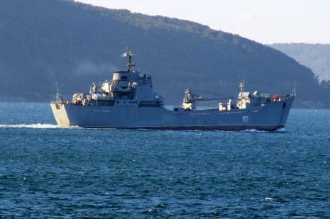 Rus askeri gemisi ile canlı hayvan taşıyan gemi çarpıştı