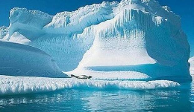 İklim değişikliği nedeniyle Grönlandda büyük bir buzul parçalandı