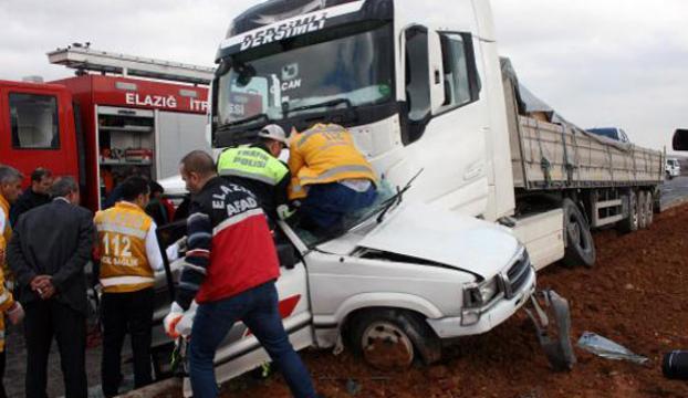 TIR otomobili biçti: 4 ölü