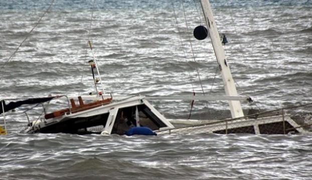 Yemende kaçakları taşıyan tekne battı