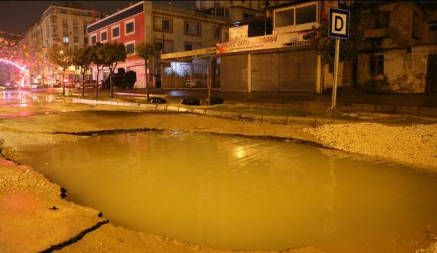 Adanada şiddetli yağış asfaltı çökertti