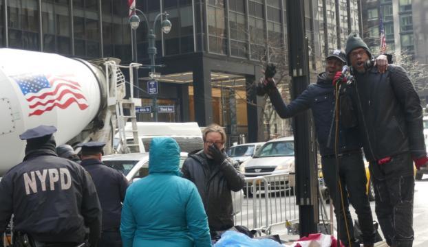 """New Yorkta """"evsizlik"""" karşıtı protestoculara kelepçe"""