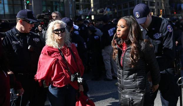 ABDde Dünya Kadın Gününde kadınlar gözaltına alındı