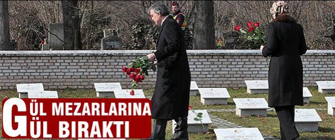 Gül Osmanlı askerlerinin mezarlarına gül bıraktı