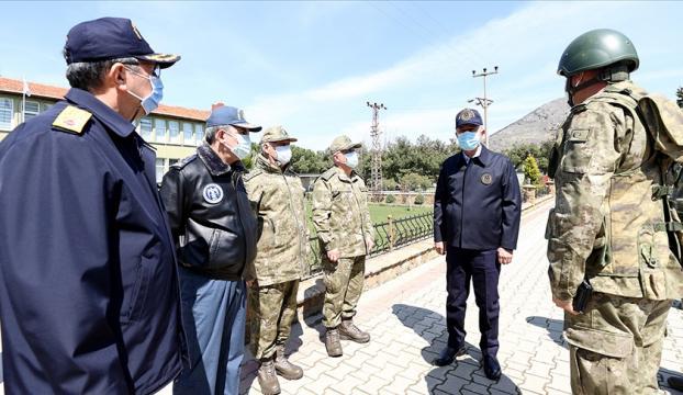 Bakan Akar, beraberindeki TSK Komuta Kademesi ile Gökçeadada komandolarla bir araya geldi