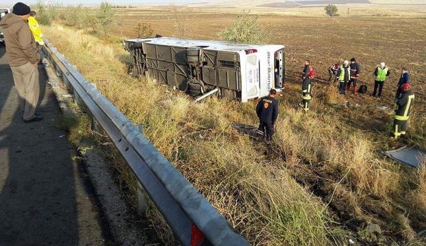 Ankarada yolcu otobüsü devrildi: 3 ölü, 19 yaralı