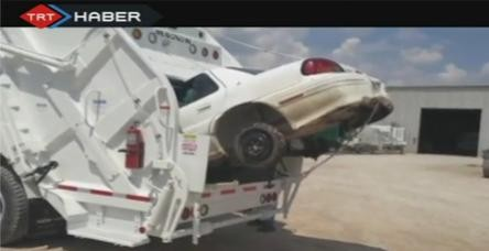 Araba yok eden kamyon