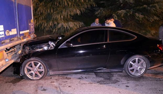 Film gibi kovalamaca: 2 polis arabası ve TIRa çarptılar