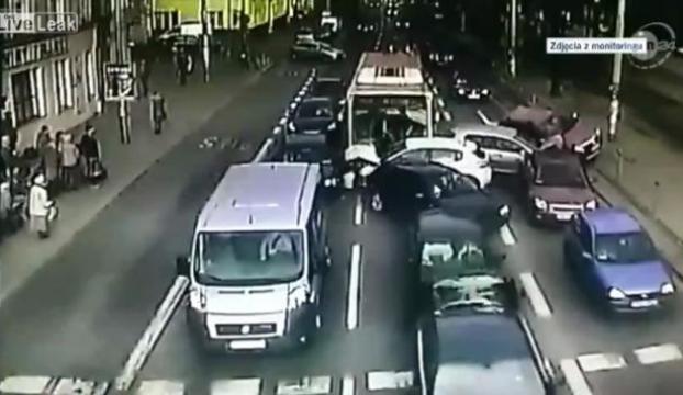 Arabaları biçti geçti