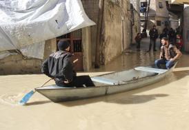 Asi Nehri taşınca sandalla ulaşım başladı