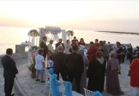 """Beyşehir'deki """"Aşk Adası""""nda gün batarken mutluluğa """"evet"""" diyorlar"""