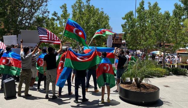 Los Angelesta Ermeniler Azerbaycanlı göstericilere saldırdı