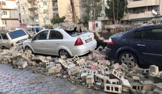 Bahçe duvarı araçların üzerine yıkıldı