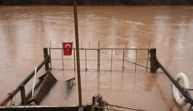 Bartın Irmağında su seviyesinin yükselmesi nedeniyle iskeleler su altında kaldı
