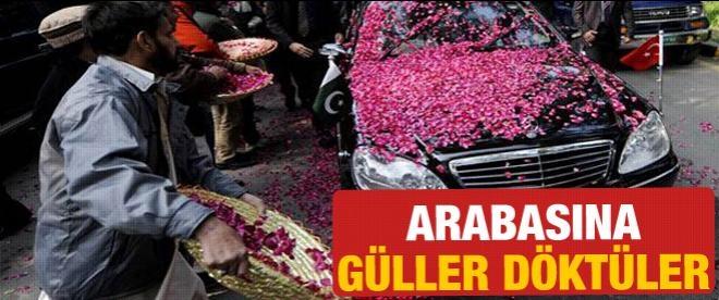 Pakistan'da Erdoğan'ın aracına gül döktüler