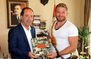 Türkiye'nin başpehlivanı Edirne Belediye Başkanını ziyaret etti