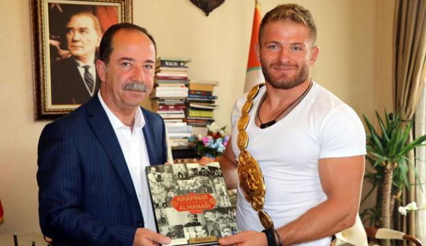 Türkiyenin başpehlivanı Edirne Belediye Başkanını ziyaret etti