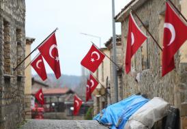 Atatürk'ün tümenine karargah olan köy bayraklarıyla gururlanıyor
