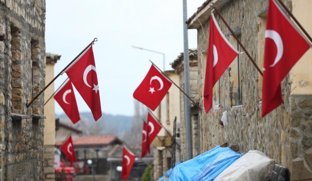 Atatürkün tümenine karargah olan köy bayraklarıyla gururlanıyor