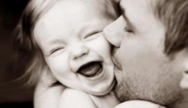 Bebekleri tatlılığı yüzünden neden öper ve ısırırız?