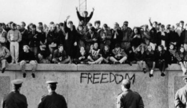 Berlin Duvarının yıkılışı Doodle oldu