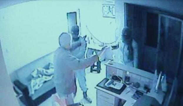 Hırsızlar akaryakıt çalışanını silahla gasp ettiler