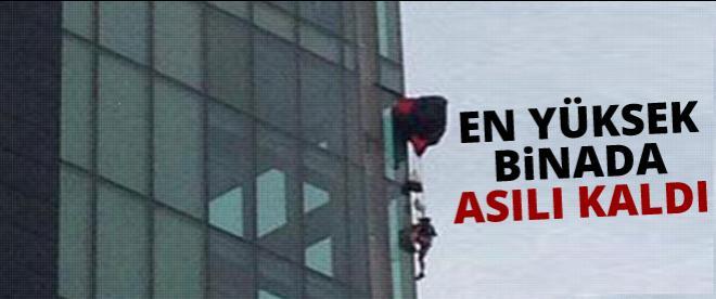 En yüksek binada asılı kaldı