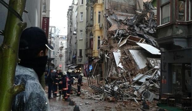 Fatihte 3 katlı bina çöktü