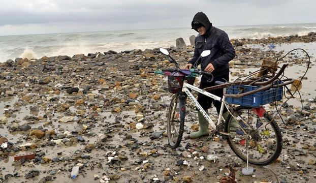 Ekmeğini Karadenizin hırçın dalgalarından kazanıyor