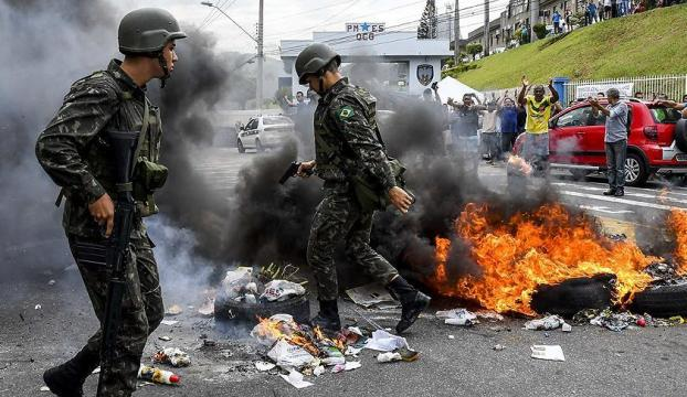 Brezilyada polisler meclisi bastı