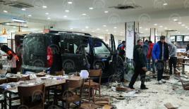 Bursa'da restorana giren araç