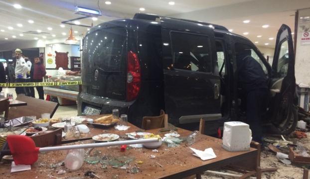 Bursada araç restorana girdi: 9 yaralı