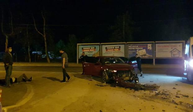 Kovalamaca sırasında şüphelinin otomobiliyle çarpışan polis aracındaki komiser yardımcısı yaralandı