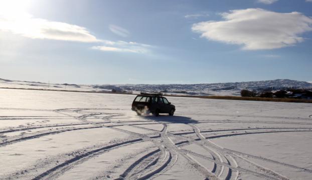 Buz tutan gölde otomobille gezinti yaptılar
