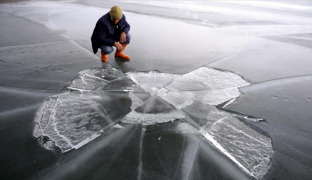 Çıldır Gölünü kaplayan buz tabakası kısmen eriyip parçalandı