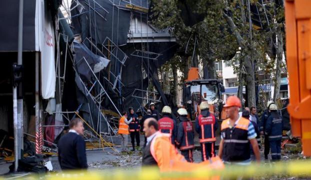 Beyoğlunda yıkım çalışması süren bina çöktü