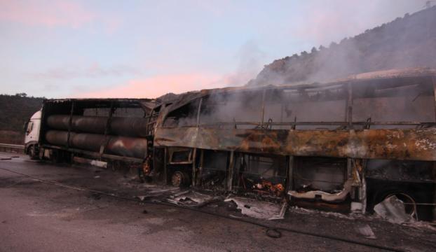 Çorumda tıra çarpan yolcu otobüsü alev aldı: 13 ölü