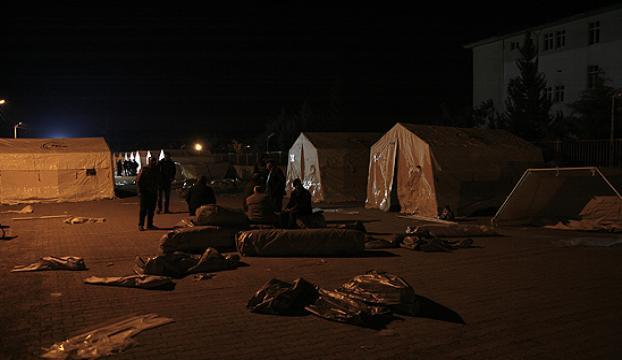 Depremzedeler geceyi sera ve çadırlarda geçirdi
