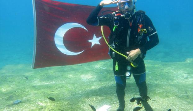 Dalgıçlar, Cumhuriyeti denizin altında kutladı