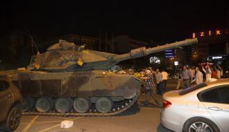 Darbe gecesi zırhlı birliklerden çıkarılmak istenen tankları bozdular