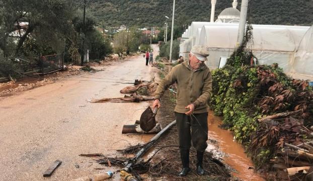 Demrede kuvvetli yağış seralara zarar verdi