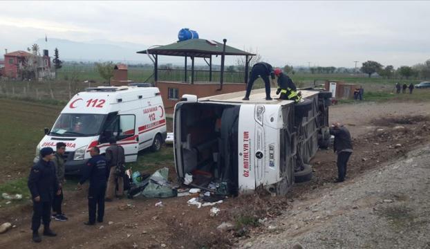 Denizlide öğrencileri taşıyan otobüs devrildi: 15 yaralı