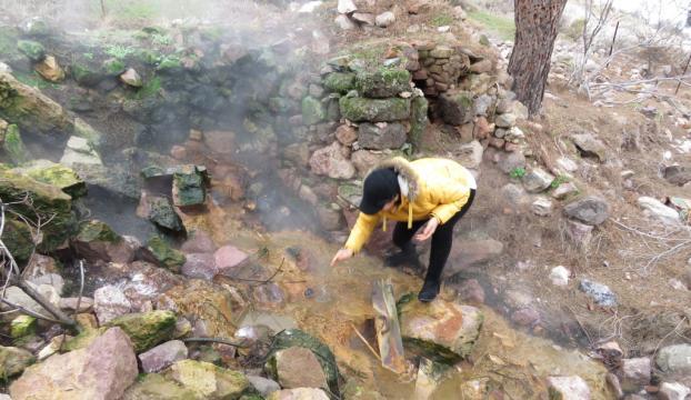 Depremde yıkılan evin altından sıcak su kaynamaya başladı