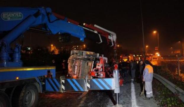 Devrilen kamyon 3 saatte kaldırıldı