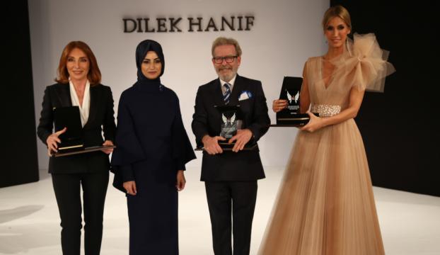 Modacı Dilek Haniften Türk Kızılayı yararına defile
