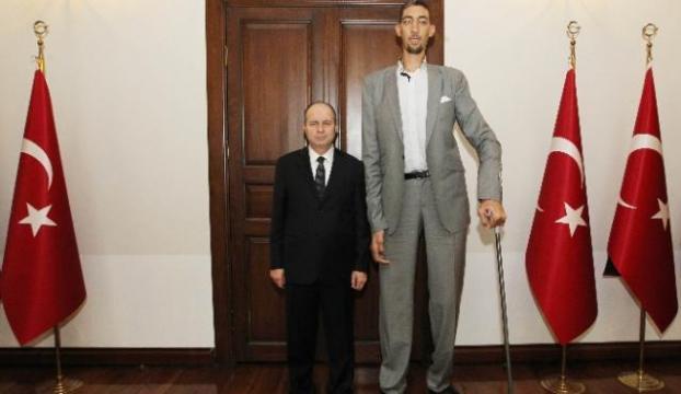 Dünyanın en uzun adamından Valiye ziyaret