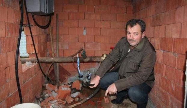Duvarları yıkarak su pompalarını çaldılar