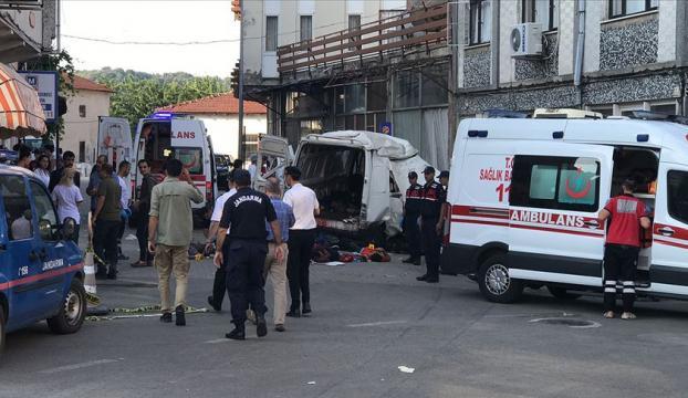 Edirnede düzensiz göçmenleri taşıyan araç kaza yaptı